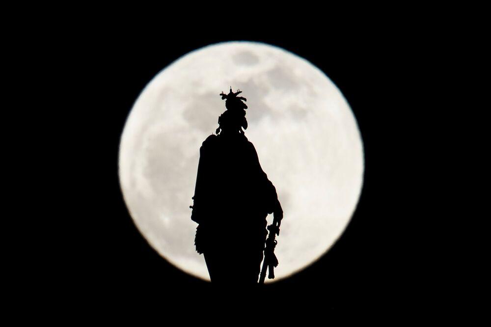 Statua Wolności podczas zaćmienia Księżyca w Waszyngtonie