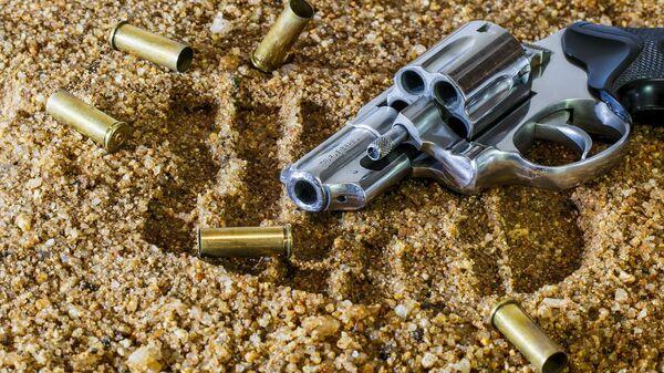 Pistolet z nabojami na piasku - Sputnik Polska