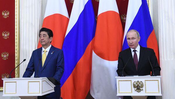 Shinzo Abe i Władimir Putin w Moskwie - Sputnik Polska