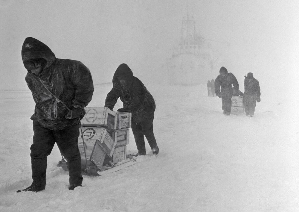 Naukowcy stacji polarnej Mirnyj na Antarktydzie Wschodniej
