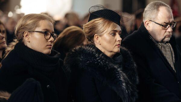 Krewni Pawła Adamowicza podczas ceremonii pogrzebowej: córka Antonina, żona Magdalena, brat Piotr - Sputnik Polska