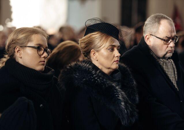 Krewni Pawła Adamowicza podczas ceremonii pogrzebowej: córka Antonina, żona Magdalena, brat Piotr