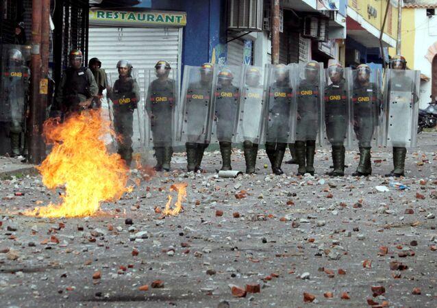 Policja podczas zamieszek w Wenezueli