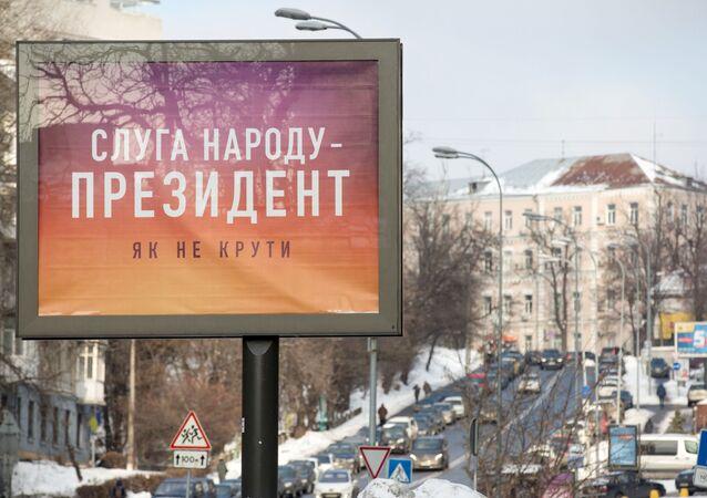 Plakat wyborczy kandydata na prezydenta Ukrainy Władimira Zieleńskiego na ulicy w Kijowie