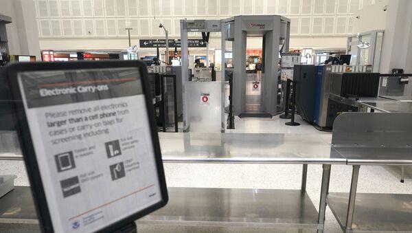 Zamknięta strefa kontroli na lotnisku w Houston w czasie protestu amerykańskich związków zawodowych pilotów, dyspozytorów lotu i stewardów w USA - Sputnik Polska
