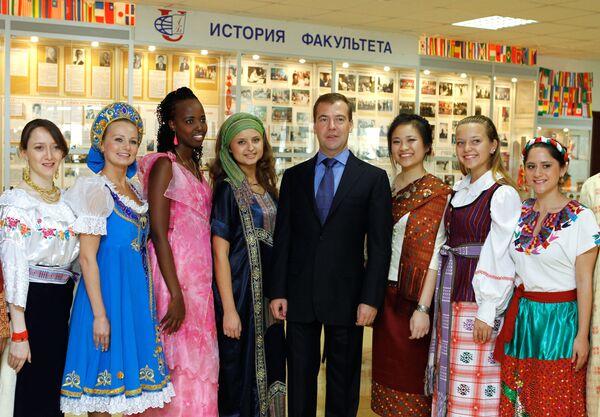 Dmitrij Miedwiediew ze studentami Rosyjskiego Uniwersytetu Przyjaźni Narodów - Sputnik Polska