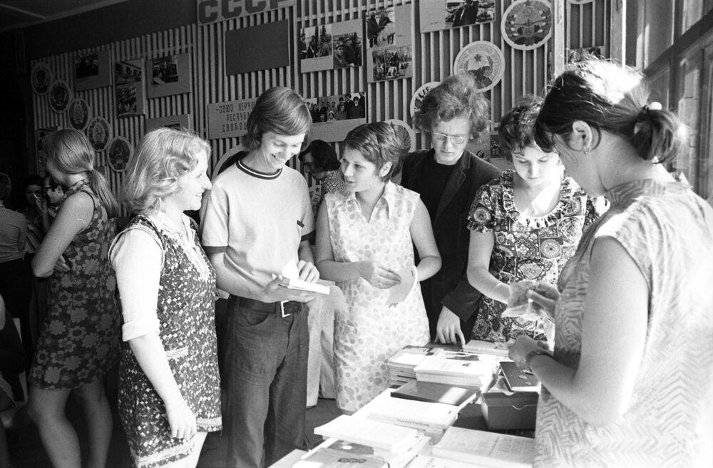 Studenci z Wielkiej Brytanii kupują książki do nauki podczas przerwy