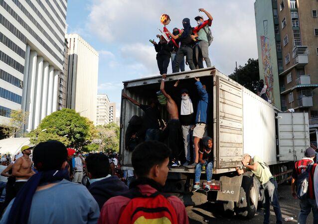 Protestujący przeciwko rządowi prezydenta Wenezueli Nicolasa Madury w Caracas