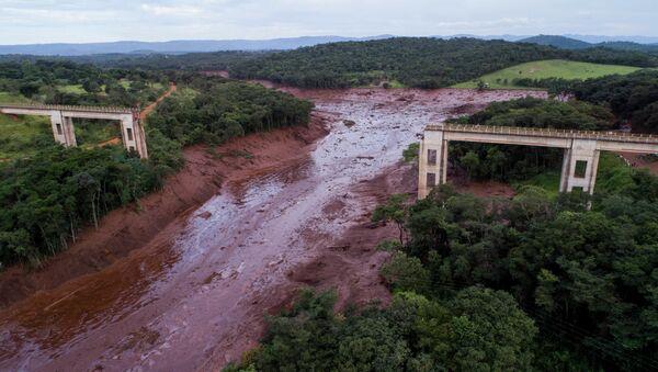 Vista aérea mostra ponte desmoronada causada por inundações provocadas pelo colapso de uma barragem perto de Brumadinho, Brasil, 25 de janeiro de 2019 - Sputnik Polska
