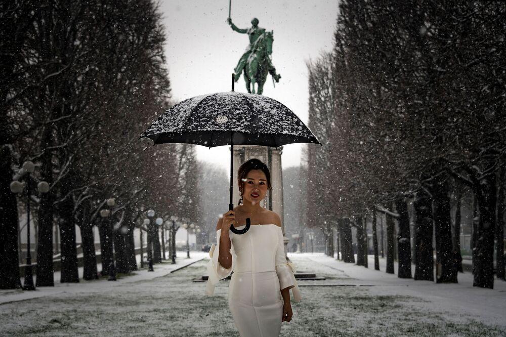 Kobieta w sukni ślubnej w Paryżu