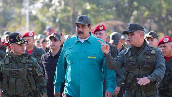 Prezydent Wenezueli Nicolas Maduro obok ministrem obrony kraju Vladimirem Padrino Lopezem na ćwiczeniach wojskowych - Sputnik Polska