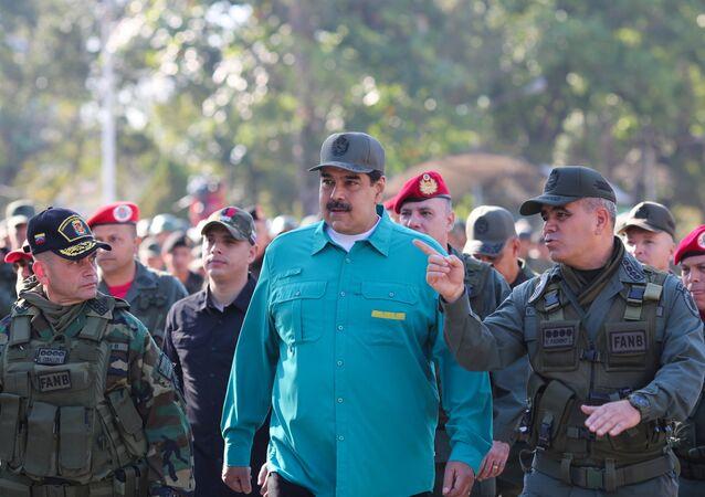 Prezydent Wenezueli Nicolas Maduro obok ministrem obrony kraju Vladimirem Padrino Lopezem na ćwiczeniach wojskowych