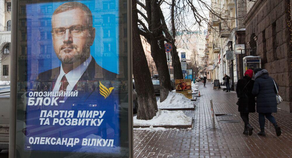 Plakat wyborczy ukraińskiego kandydata na prezydenta Ołeksandra Wiłkuła na ulicy w Kijowie