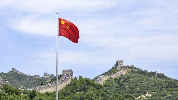 Chińska flaga na tle Wielkiego Muru Chińskiego - Sputnik Polska
