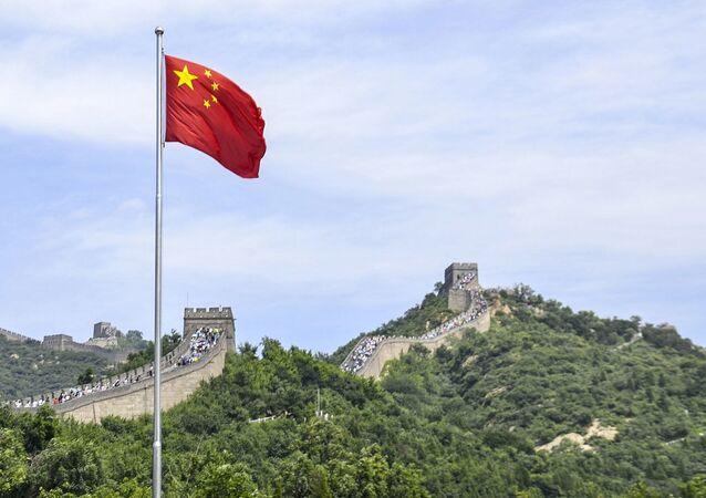 Chińska flaga na tle Wielkiego Muru Chińskiego