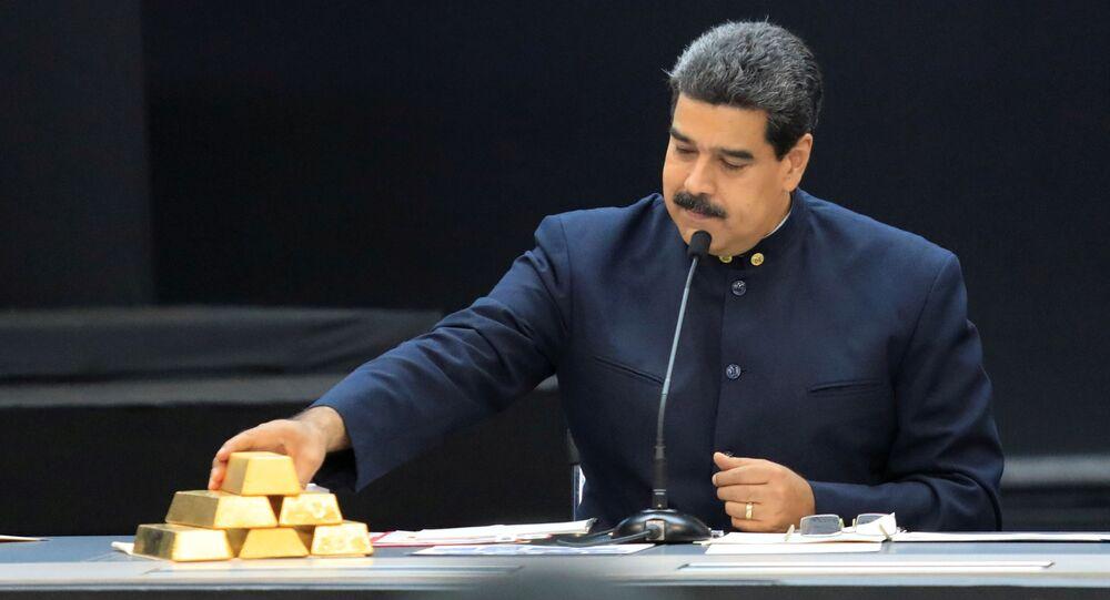 Prezydent Wenezueli Nicolas Maduro ze sztabkami złota