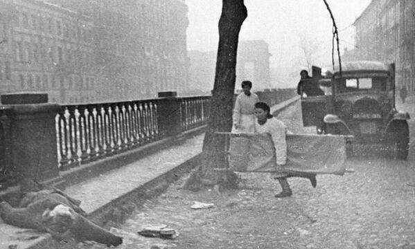 Pielęgniarka na ulicy Leningradu - Sputnik Polska