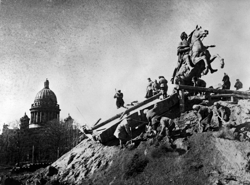 Pomnik Piotra I Wielkiego podczas blokady Leningradu