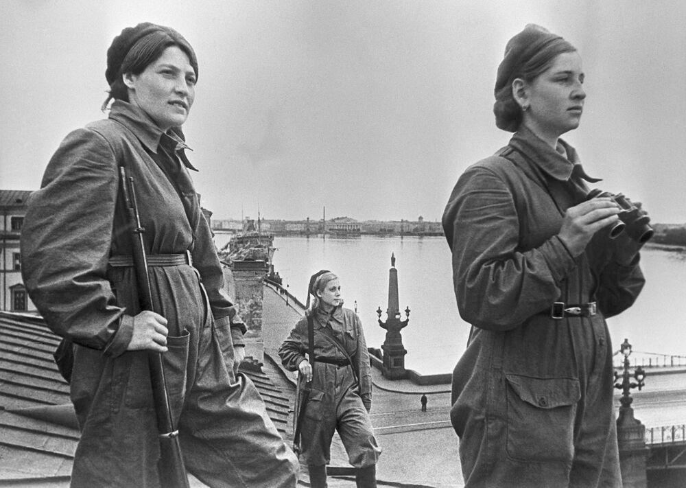 Dziewczyny - żolnierze podczas bojowego dyżuru w Leningradzie