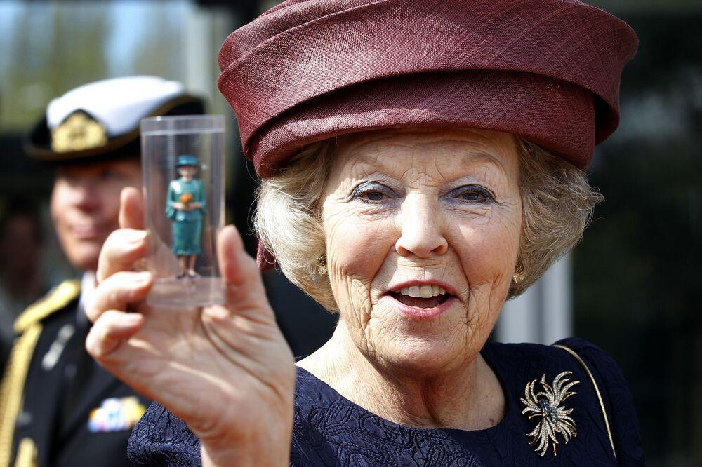 Królowa Holandii Beatrycze pokazuje swoją miniaturę