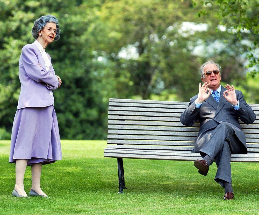 Królowa Fabiola z królem Belgów Filipem I w ogrodzie pałacu w Laeken. Belgia