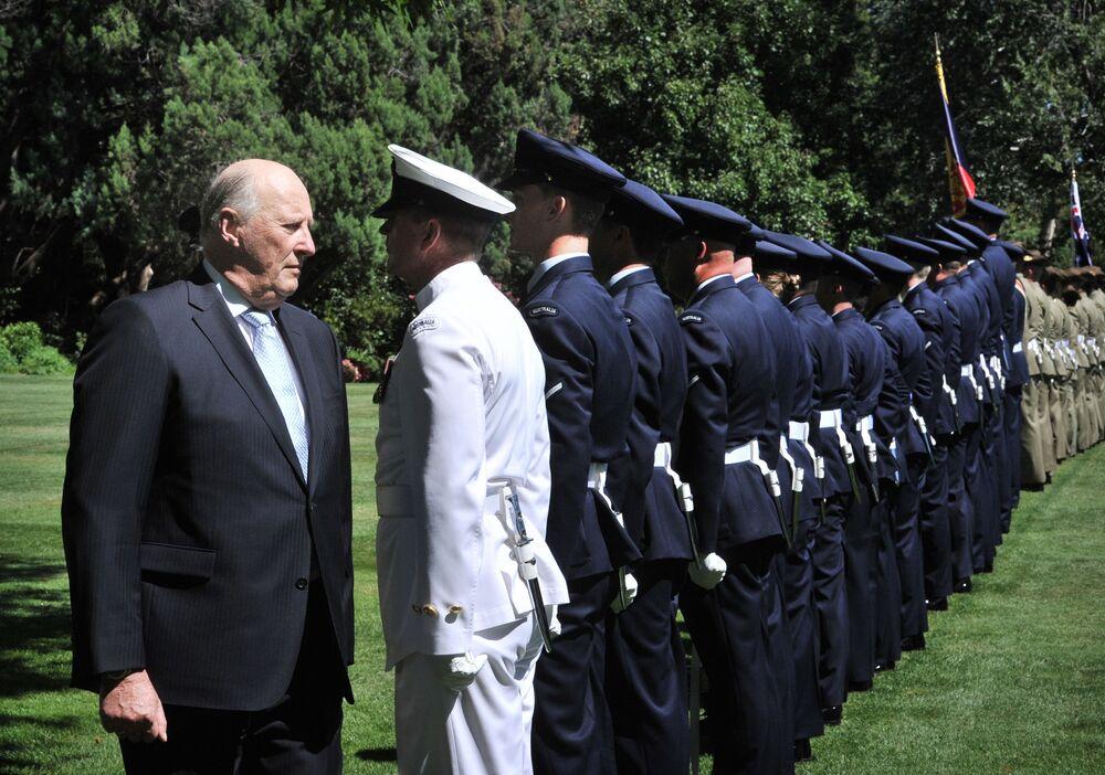 Król Norwegii Harald V wita pułk państwowy w domu rządu w Canberra