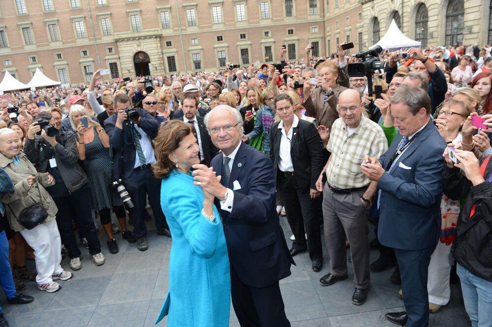 Sylwia Sommerlath królowa Szwecji i król Szwecji Karol XVI Gustaw tańczą na jednym z placów Sztokholmu