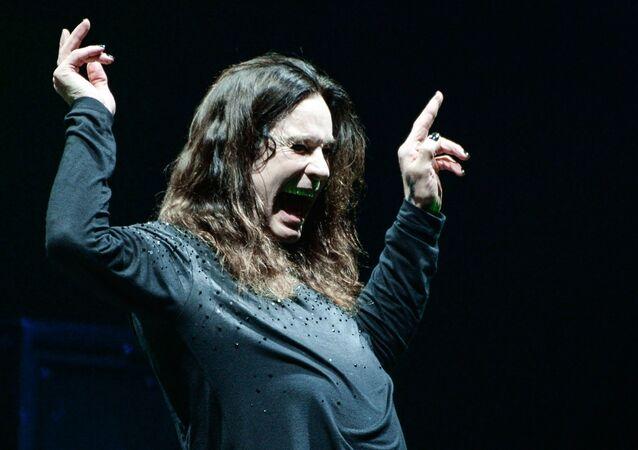 """Wokalista brytyjskiego zespołu rockowego Black Sabbath Ozzy Osbourne podczas koncertu w kompleksie sportowym """"Olimpijski"""" w Moskwie"""