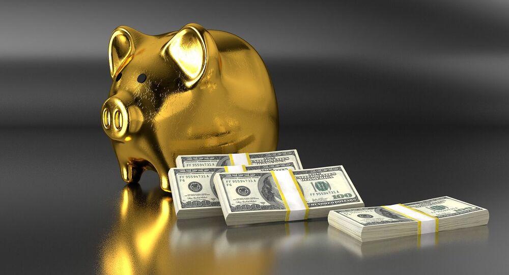Złota świnka skarbonka i świstki dolarów