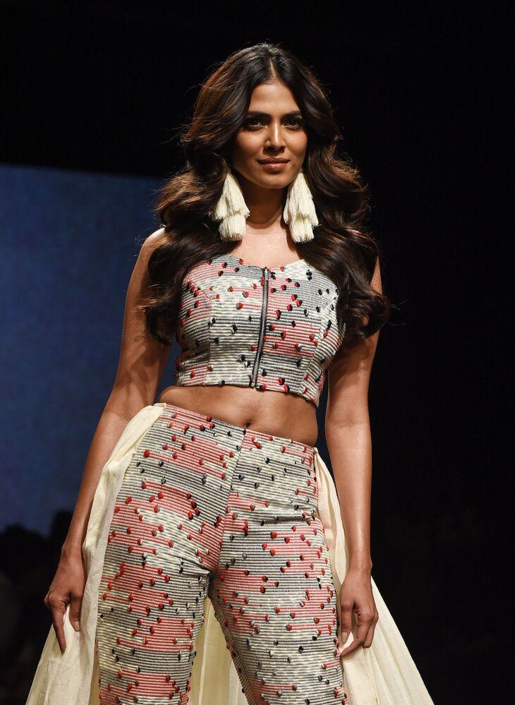 Indyjska aktorka Malavika Mohanan prezentuje kreację projektanta Ereena podczas India Fashion Week w Mumbaju