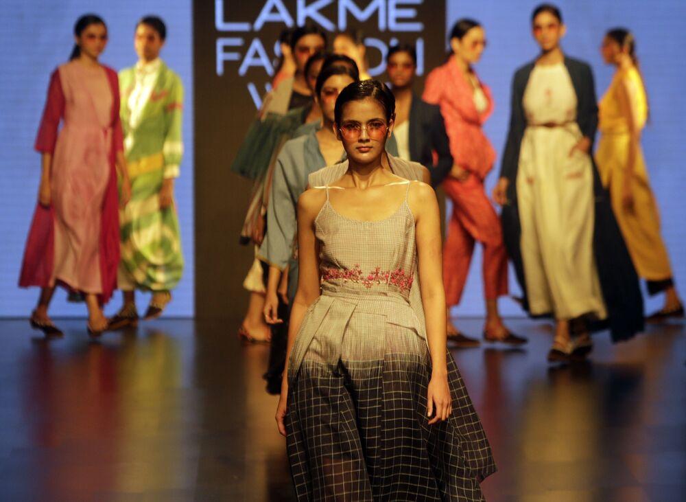 Modelka prezentuje kreację projektanta Tahweave'a podczas India Fashion Week w Mumbaju