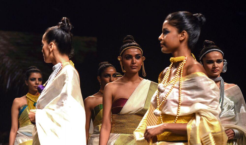 Modelka prezentuje kreację projektanta Anka podczas India Fashion Week w Mumbaju
