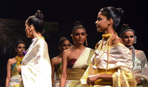 Modelka prezentuje kreację projektanta Anka podczas India Fashion Week w Mumbaju - Sputnik Polska