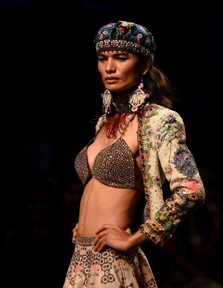 Modelka prezentuje kreację projektanta Rajdeepa Ranawata podczas India Fashion Week w Mumbaju