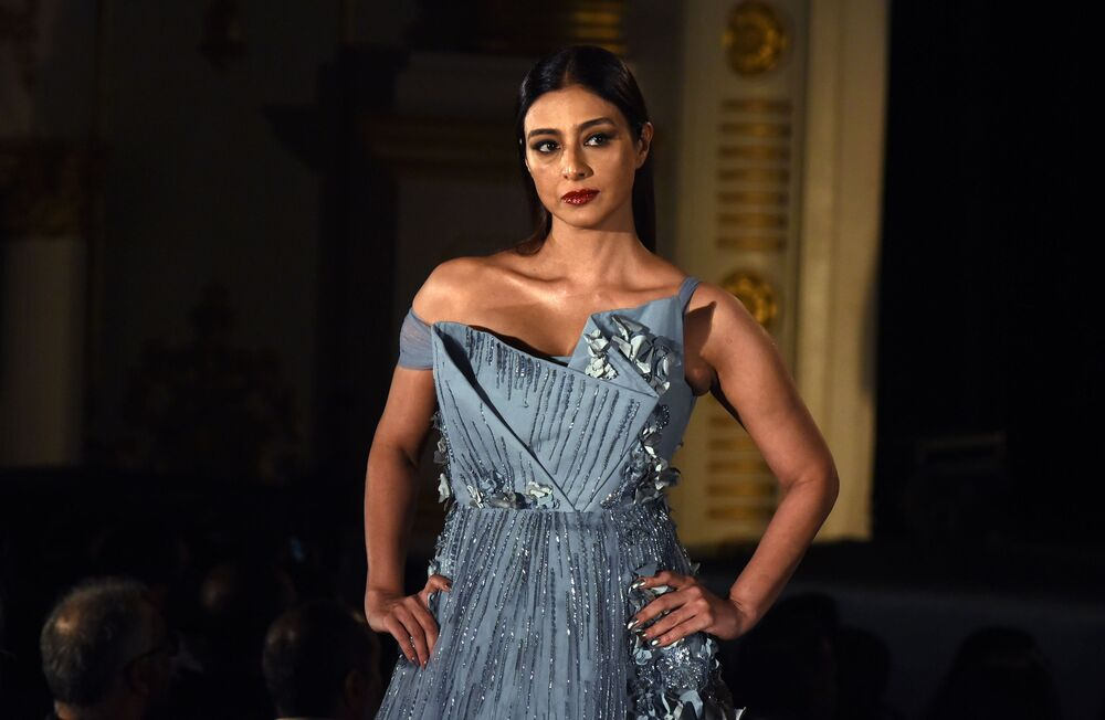 Indyjska aktorka Tabbu prezentuje kreację projektanta Gaurav Gupta podczas India Fashion Week w Mumbaju