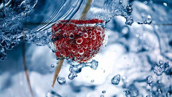 Malina przebita wykałaczką w szklance wody - Sputnik Polska