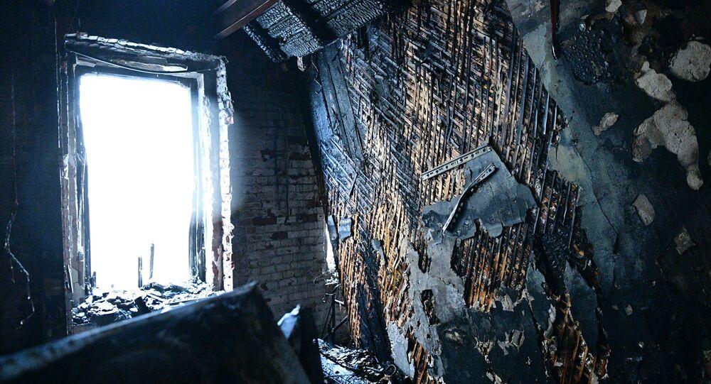 Skutki pożaru w budynku mieszkalnym przy Bulwarze Nikitskim w Moskwie