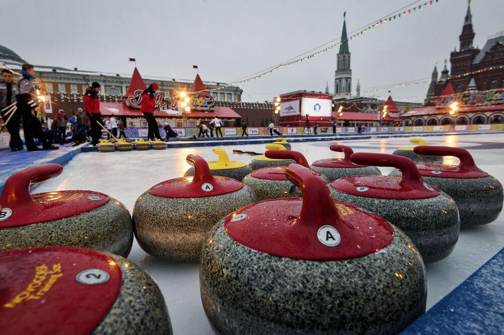 Kamienie curlingowe na lodowisku na Placu Czerwonym