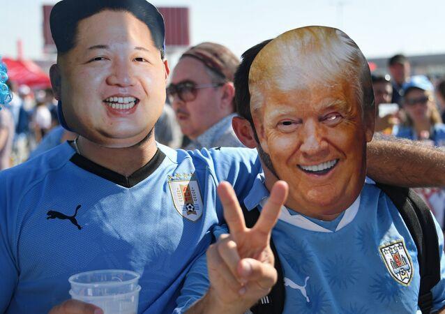 Kibice z twarzami Donalda Trumpa i Kim Dzong Una
