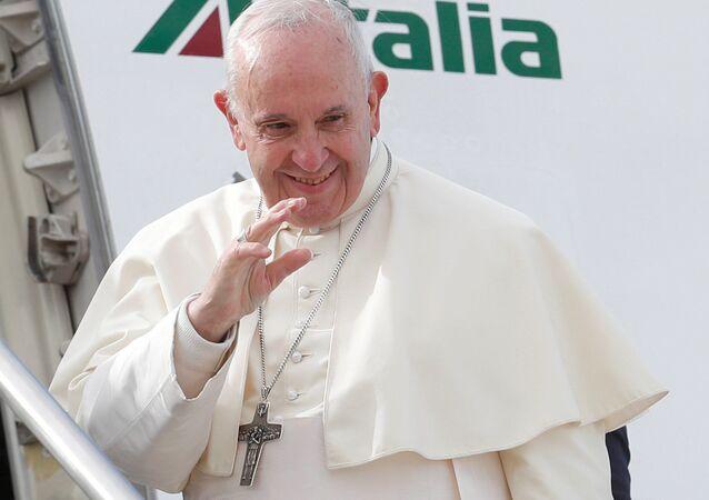 Papież Franciszek na trapie samolotu