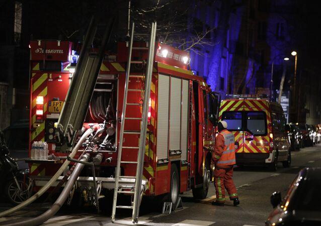 Jednostki straży pożarnej na miejscu pożaru w Paryżu