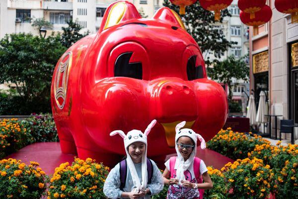 Dzieci fotografują się ze świnką - Sputnik Polska