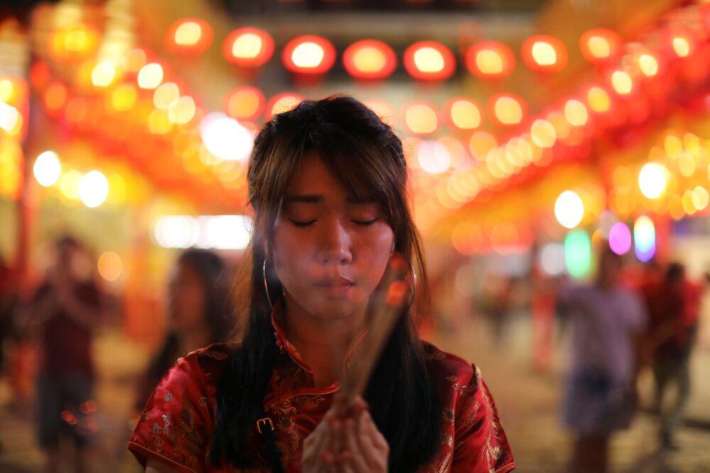 Dziewczynka modli się podczas obchodów Chińskiego Nowego Roku w Tajlandii
