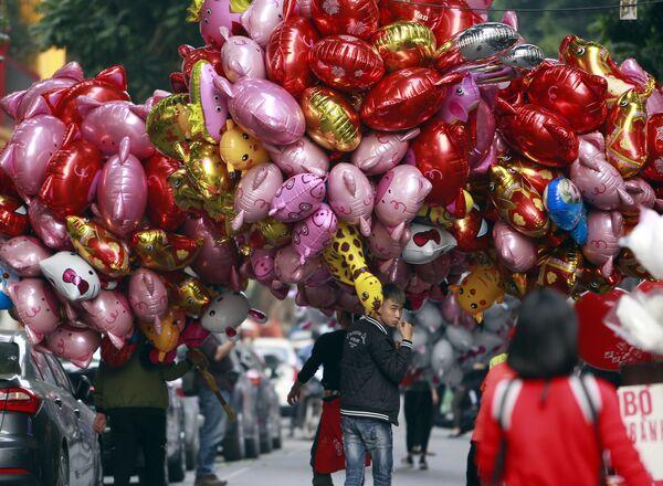 Sprzedaż balonów o kształcie świnek w Wietnamie - Sputnik Polska