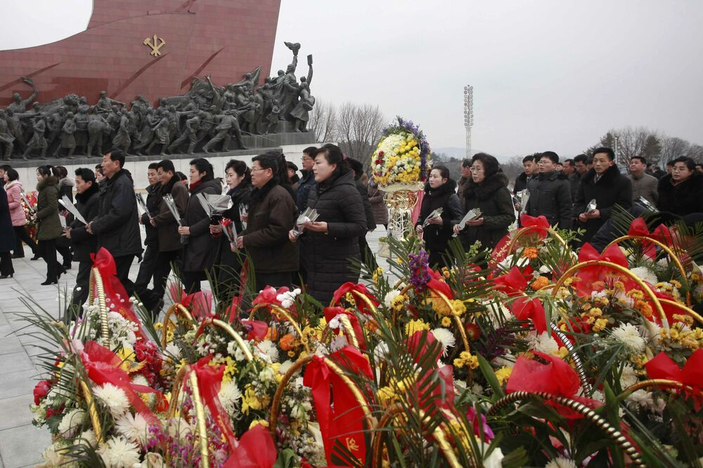 Składanie kwiatów pod pomnikami byłych przywódców KRLD Kima Il Sunga i Kima Jonga Il podczas Chińskiego Nowego Roku w KRLD