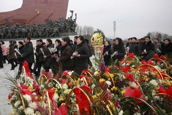 Składanie kwiatów pod pomnikami byłych przywódców KRLD Kima Il Sunga i Kima Jonga Il podczas Chińskiego Nowego Roku w KRLD - Sputnik Polska