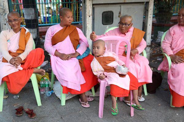 Mnisi buddyjscy w Mjanmie - Sputnik Polska
