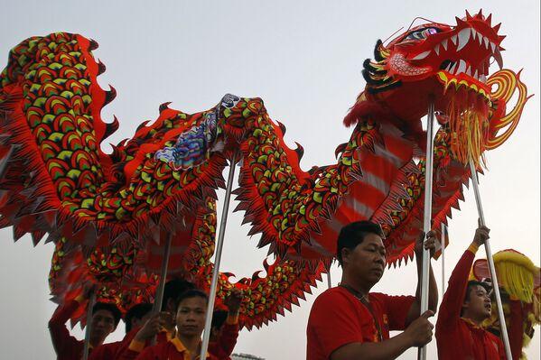 Tradycyjny taniec smoka podczas obchodów Chińskiego Nowego Roku w Kambodży - Sputnik Polska