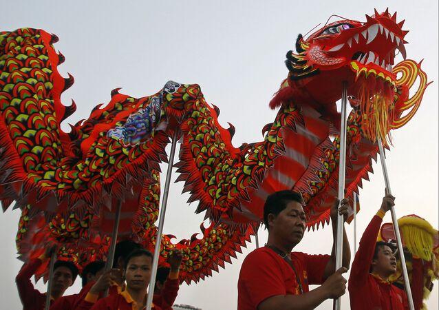 Tradycyjny taniec smoka podczas obchodów Chińskiego Nowego Roku w Kambodży