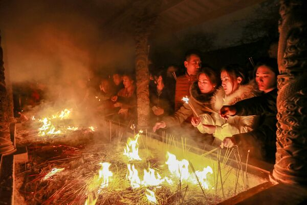 Ludzie podczas modlitwy z okazji obchodów Chińskiego Nowego Roku - Sputnik Polska